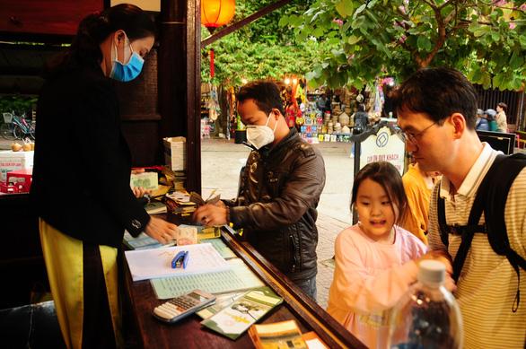 Du khách nước ngoài thăm Hội An vui vì được phát khẩu trang miễn phí - Ảnh 2.