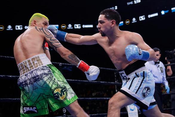 Cay cú vì liên tiếp chịu đòn, võ sĩ bắt chước Mike Tyson... cắn đối thủ - Ảnh 2.