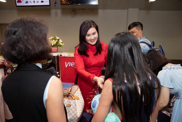 Dàn lãnh đạo Vietjet bất ngờ xuống sân bay chào đón hành khách năm mới - Ảnh 1.
