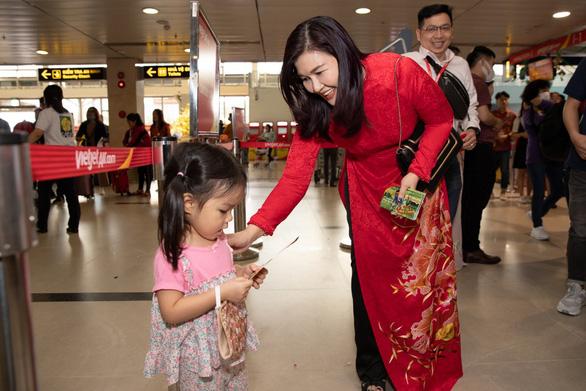 Dàn lãnh đạo Vietjet bất ngờ xuống sân bay chào đón hành khách năm mới - Ảnh 2.