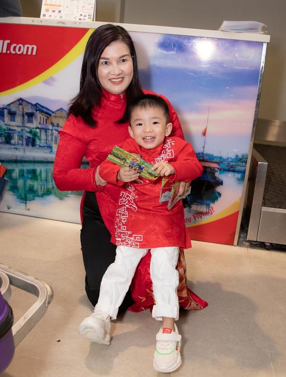 Dàn lãnh đạo Vietjet bất ngờ xuống sân bay chào đón hành khách năm mới - Ảnh 3.