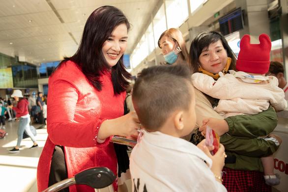 Dàn lãnh đạo Vietjet bất ngờ xuống sân bay chào đón hành khách năm mới - Ảnh 4.