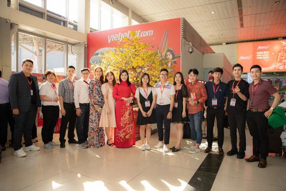 Dàn lãnh đạo Vietjet bất ngờ xuống sân bay chào đón hành khách năm mới - Ảnh 5.