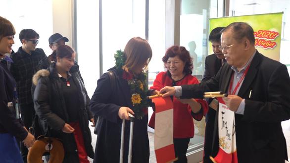 Dàn lãnh đạo Vietjet bất ngờ xuống sân bay chào đón hành khách năm mới - Ảnh 6.