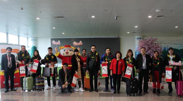 Dàn lãnh đạo Vietjet bất ngờ xuống sân bay chào đón hành khách năm mới - Ảnh 7.