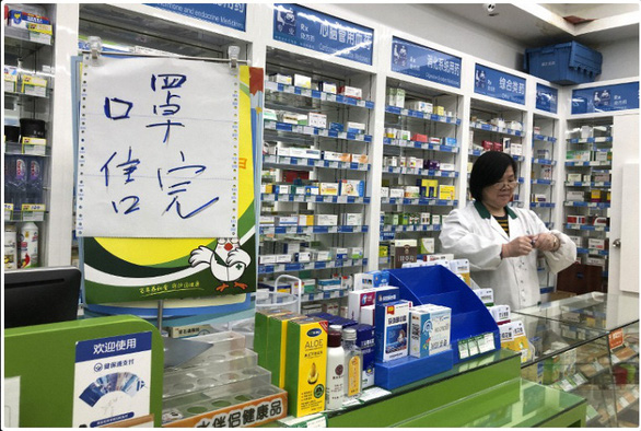 Cửa hàng thuốc ở Trung Quốc bị phạt 10 tỉ đồng vì bán khẩu trang với giá cắt cổ - Ảnh 2.