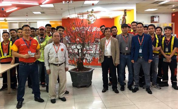 Dàn lãnh đạo Vietjet bất ngờ xuống sân bay chào đón hành khách năm mới - Ảnh 9.