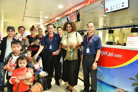 Dàn lãnh đạo Vietjet bất ngờ xuống sân bay chào đón hành khách năm mới - Ảnh 11.