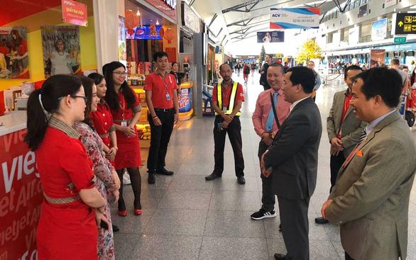 Dàn lãnh đạo Vietjet bất ngờ xuống sân bay chào đón hành khách năm mới - Ảnh 12.