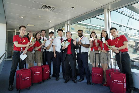 Dàn lãnh đạo Vietjet bất ngờ xuống sân bay chào đón hành khách năm mới - Ảnh 13.