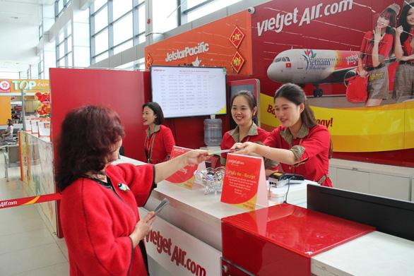 Dàn lãnh đạo Vietjet bất ngờ xuống sân bay chào đón hành khách năm mới - Ảnh 8.