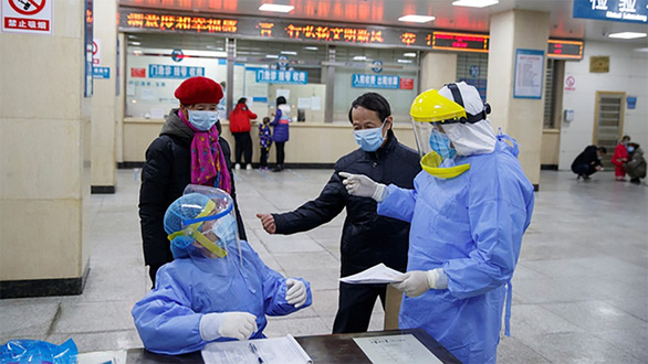 Chống virus corona, bác sĩ Trung Quốc làm việc đến 20 giờ mỗi ngày - Ảnh 4.