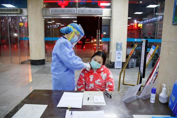 Trung Quốc xác nhận 26 ca tử vong mới vì nCoV, nâng tổng số người chết lên 132 - Ảnh 1.