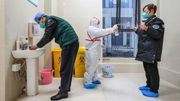 Chống virus corona, bác sĩ Trung Quốc làm việc đến 20 giờ mỗi ngày - Ảnh 3.