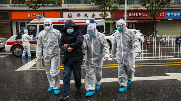 Chống virus corona, bác sĩ Trung Quốc làm việc đến 20 giờ mỗi ngày - Ảnh 1.