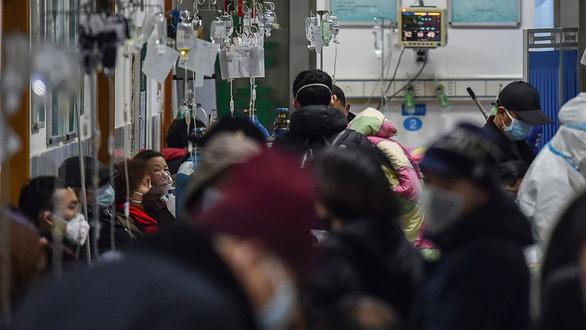 Chống virus corona, bác sĩ Trung Quốc làm việc đến 20 giờ mỗi ngày - Ảnh 2.