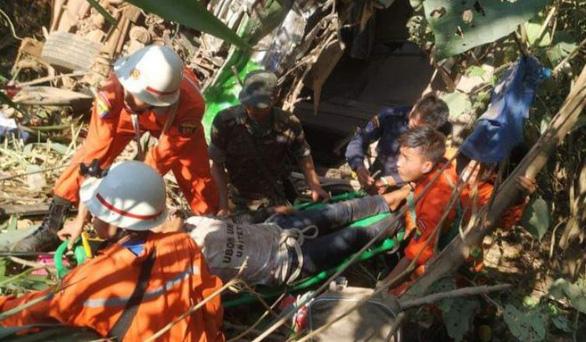 Tai nạn thảm khốc: Xe buýt đâm trực diện xe hơi, 19 người thiệt mạng - Ảnh 1.