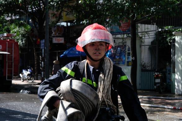 Khách sạn ở Nha Trang bốc cháy giữa trưa - Ảnh 3.