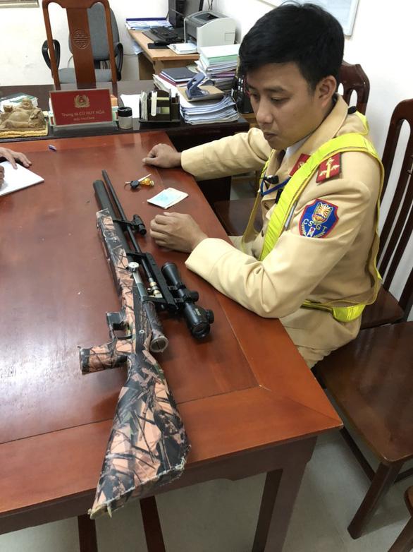 Kiểm tra nồng độ cồn, phát hiện lái xe mang súng tự chế và 100 viên đạn bi - Ảnh 2.
