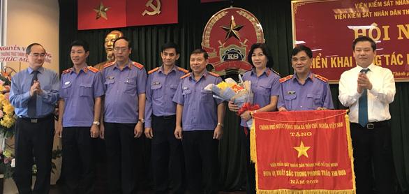 Viện Kiểm sát nhân dân TP.HCM nhận cờ thi đua của Chính phủ - Ảnh 1.
