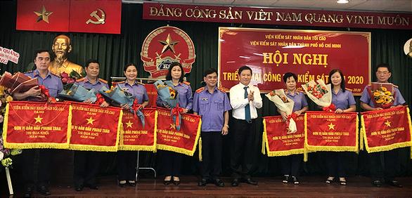 Viện Kiểm sát nhân dân TP.HCM nhận cờ thi đua của Chính phủ - Ảnh 2.