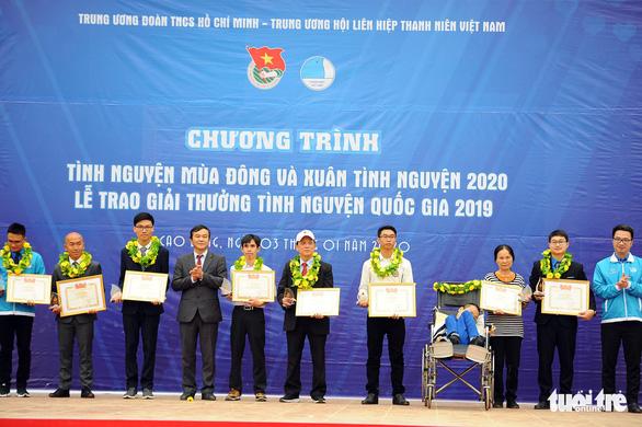 Cha của 88 đứa trẻ bị bỏ rơi nhận giải thưởng Tình nguyện quốc gia - Ảnh 1.
