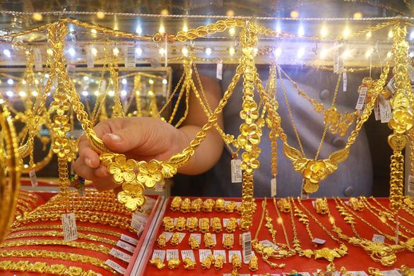 Giá vàng tăng bất ngờ, tiến sát mốc 43 triệu đồng/lượng - Ảnh 1.