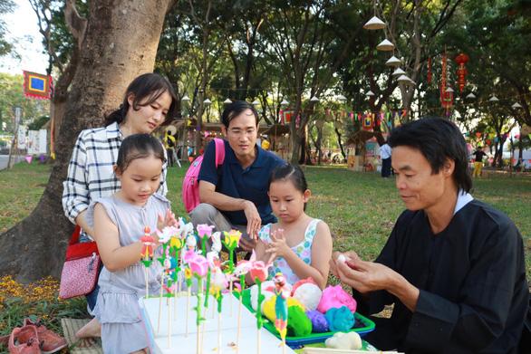 Du khách mê mẩn với những trò chơi truyền thống ở Lễ hội Tết Việt - Ảnh 1.