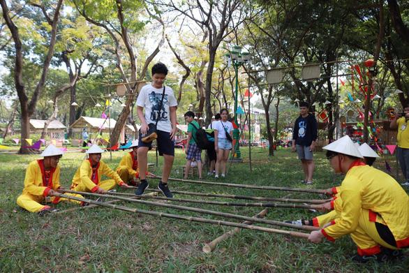 Du khách mê mẩn với những trò chơi truyền thống ở Lễ hội Tết Việt - Ảnh 2.