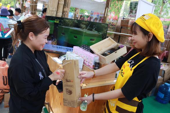 Hạn chế sử dụng túi nilông tại Lễ hội Tết Việt 2020 - Ảnh 3.