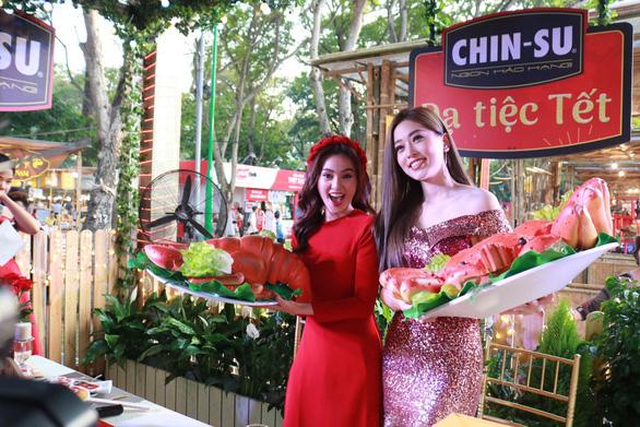 Du khách mê mẩn với những trò chơi truyền thống ở Lễ hội Tết Việt - Ảnh 3.