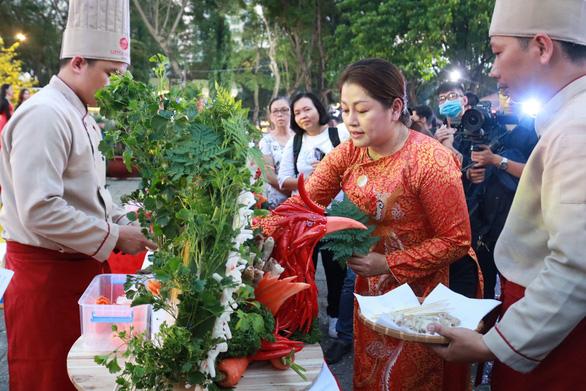 Du khách mê mẩn với những trò chơi truyền thống ở Lễ hội Tết Việt - Ảnh 4.