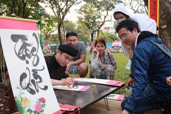 Du khách mê mẩn với những trò chơi truyền thống ở Lễ hội Tết Việt - Ảnh 6.