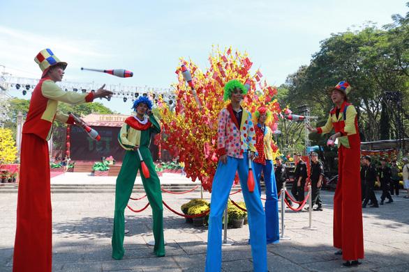 Du khách mê mẩn với những trò chơi truyền thống ở Lễ hội Tết Việt - Ảnh 7.