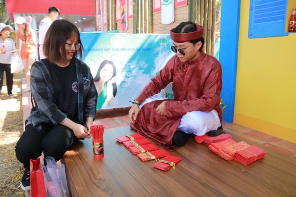 Du khách mê mẩn với những trò chơi truyền thống ở Lễ hội Tết Việt - Ảnh 8.