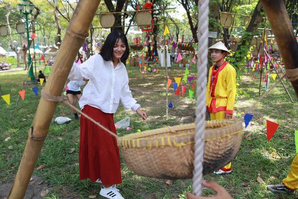 Du khách mê mẩn với những trò chơi truyền thống ở Lễ hội Tết Việt - Ảnh 9.