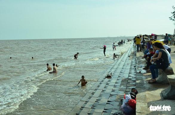 Cứu 5 trẻ bị đuối nước khi tắm biển Ba Động - Ảnh 1.
