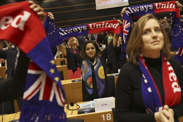 EU nghẹn ngào tiễn Anh lên đường - Ảnh 4.