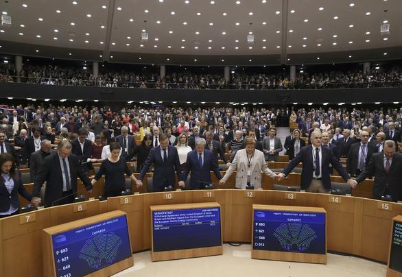 EU nghẹn ngào tiễn Anh lên đường - Ảnh 3.