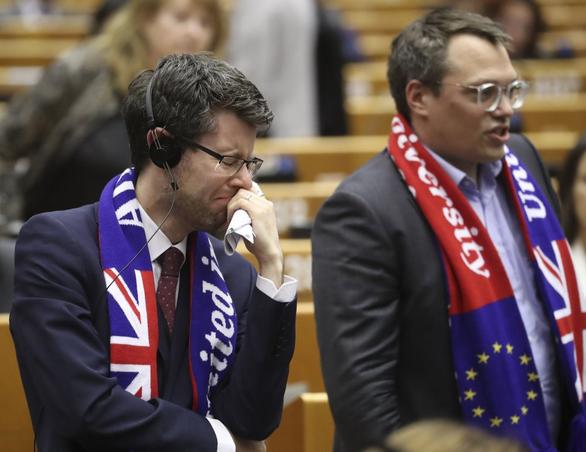 EU nghẹn ngào tiễn Anh lên đường - Ảnh 2.