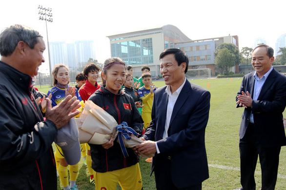 Đội tuyển nữ Việt Nam được lì xì trước khi lên đường sang Hàn Quốc - Ảnh 1.