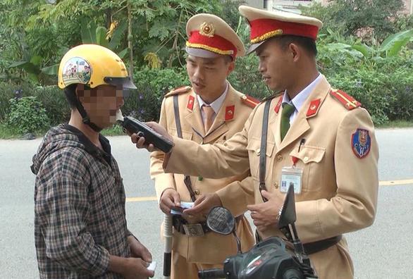 Một người Trung Quốc bị phạt 40 triệu vì đi ôtô không bằng lái và say xỉn - Ảnh 1.