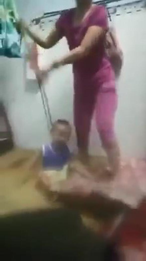 Xác minh video bé trai bị mẹ bạo hành, buộc dây vào cổ - Ảnh 1.