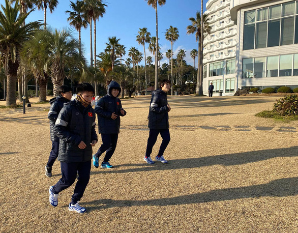 HLV Park tặng quà cho tuyển nữ Việt Nam khi đặt chân đến Hàn Quốc - Ảnh 2.