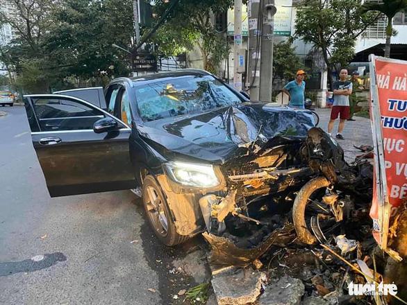 Xe hơi tông chết tài xế Grab 64 tuổi và làm nữ tiếp viên hàng không bị thương - Ảnh 1.