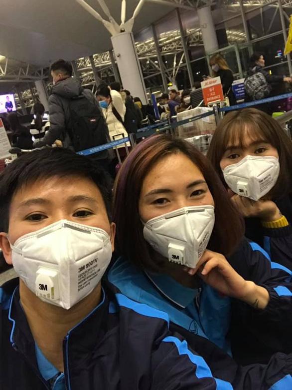 HLV Park Hang Seo bịt khẩu trang kín mít khi trở lại Việt Nam - Ảnh 2.
