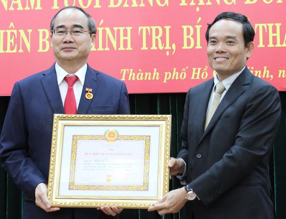 Bí thư Thành ủy TP.HCM Nguyễn Thiện Nhân nhận huy hiệu 40 năm tuổi Đảng - Ảnh 1.
