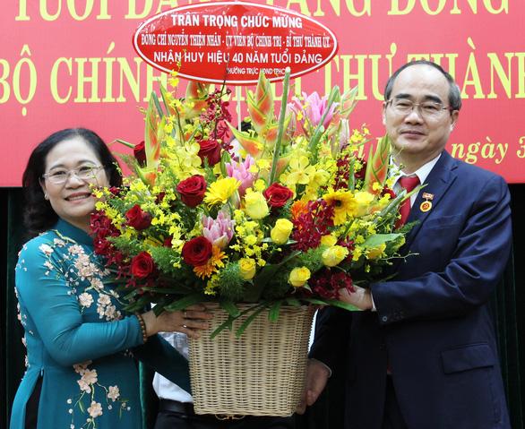 Bí thư Thành ủy TP.HCM Nguyễn Thiện Nhân nhận huy hiệu 40 năm tuổi Đảng - Ảnh 3.