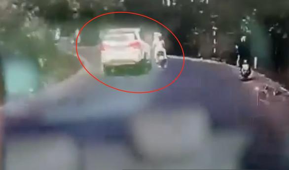 Ôtô cố tình tông đuôi xe máy làm người phụ nữ mang thai thiệt mạng? - Ảnh 2.