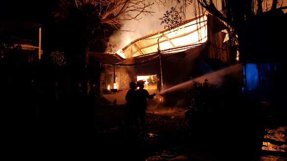 Nhà xưởng 4.500m2 cháy ngùn ngụt trong đêm, cứu được 3.500m2 - Ảnh 2.